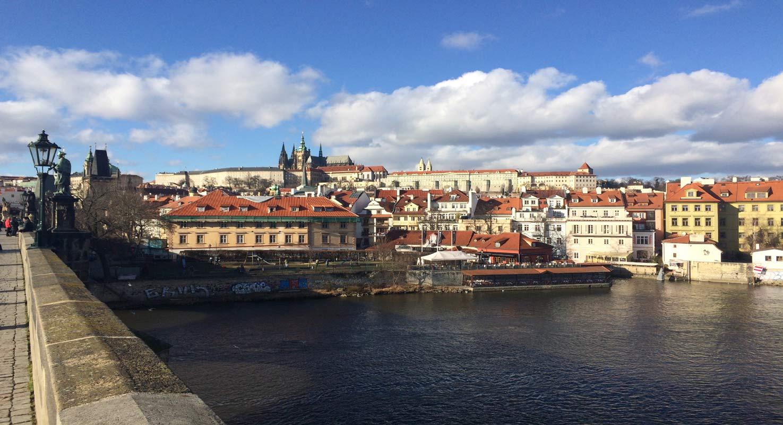 Pražský hrad přes řeku Vltavu.